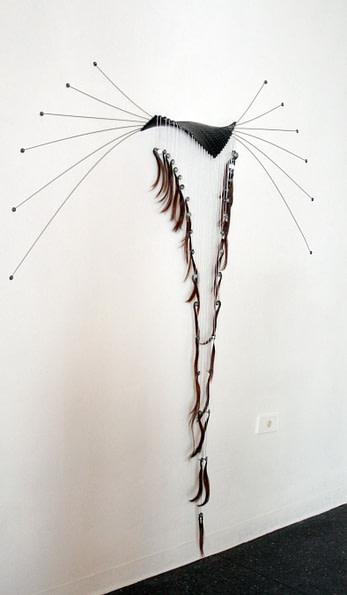 Escultura dicotomía de vértebra y cabello II hecha en acero, hierro galvanizado, estaño y cabello