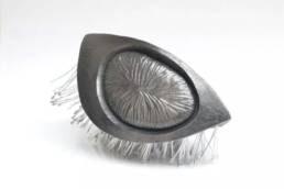 escultura hecha en cerámica inspirada en una nuez