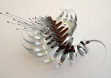 escultura articulada de la serie tórax n°3, hecha en aluminio y madera tallada