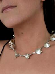 collar corazón, foto de modelo con collar de diseño orgánicohecho en plata
