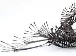 escultura articulada en acero y estaño de la serie orugas