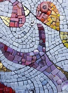 mosaico realizado con smalti de colores y con apliques en lámina de oro blanco y piedras como marmol y granito, conchas de mar y cristal de murano