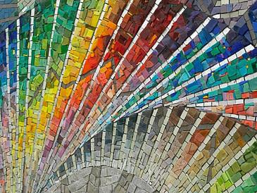 mosaico realizado con smalti de colores y con apliques en lámina de oro blanco y piedras como marmol y granito