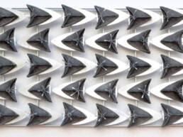 escultura tapiz mecánico hecho en aluminio y cerámica de gres