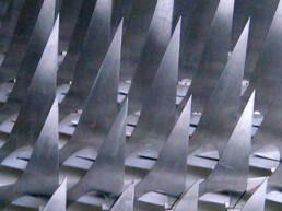 detalle de escultura articulada en aluminio escamas mecánicas N°2