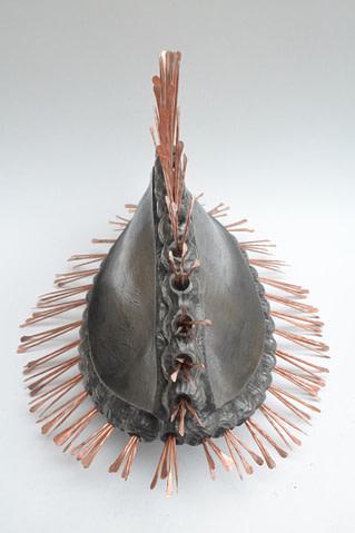 escultura hecha en cerámica inspirada en la semilla de un lirio