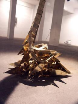 escultura articulada hecha en bronce y acero