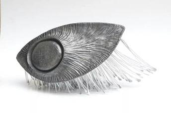 escultura hecha en cerámica y aluminio inspirada en una nuez