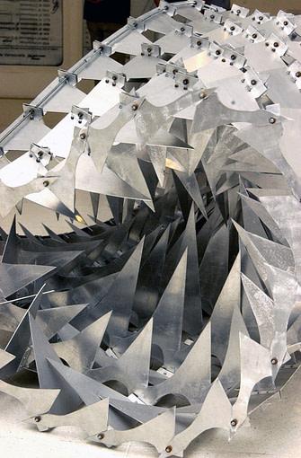 """De la serie """"escamas mecánicas"""" tapiz N°2 escultura articulada realizada en aluminio y acero"""
