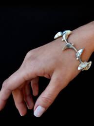 modelo con pulsera de plata 9.25, diseño original